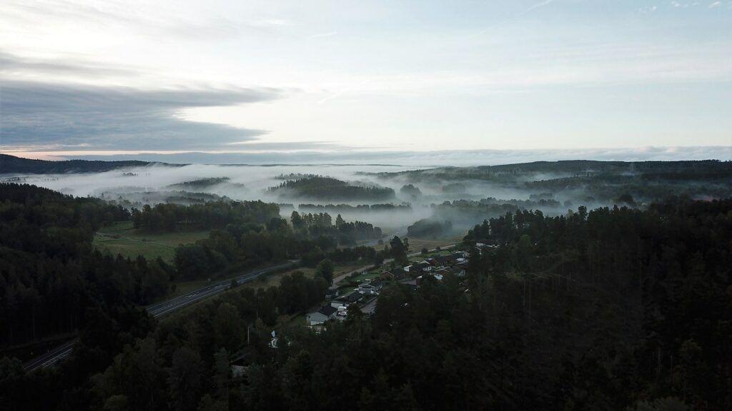 Drönarbild över ett dimmigt Nykyrka.
