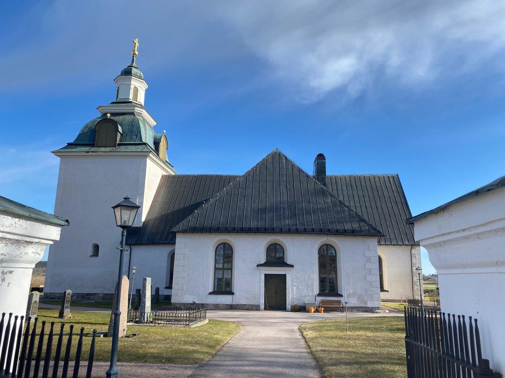 Stor vit kyrka med klocktorn