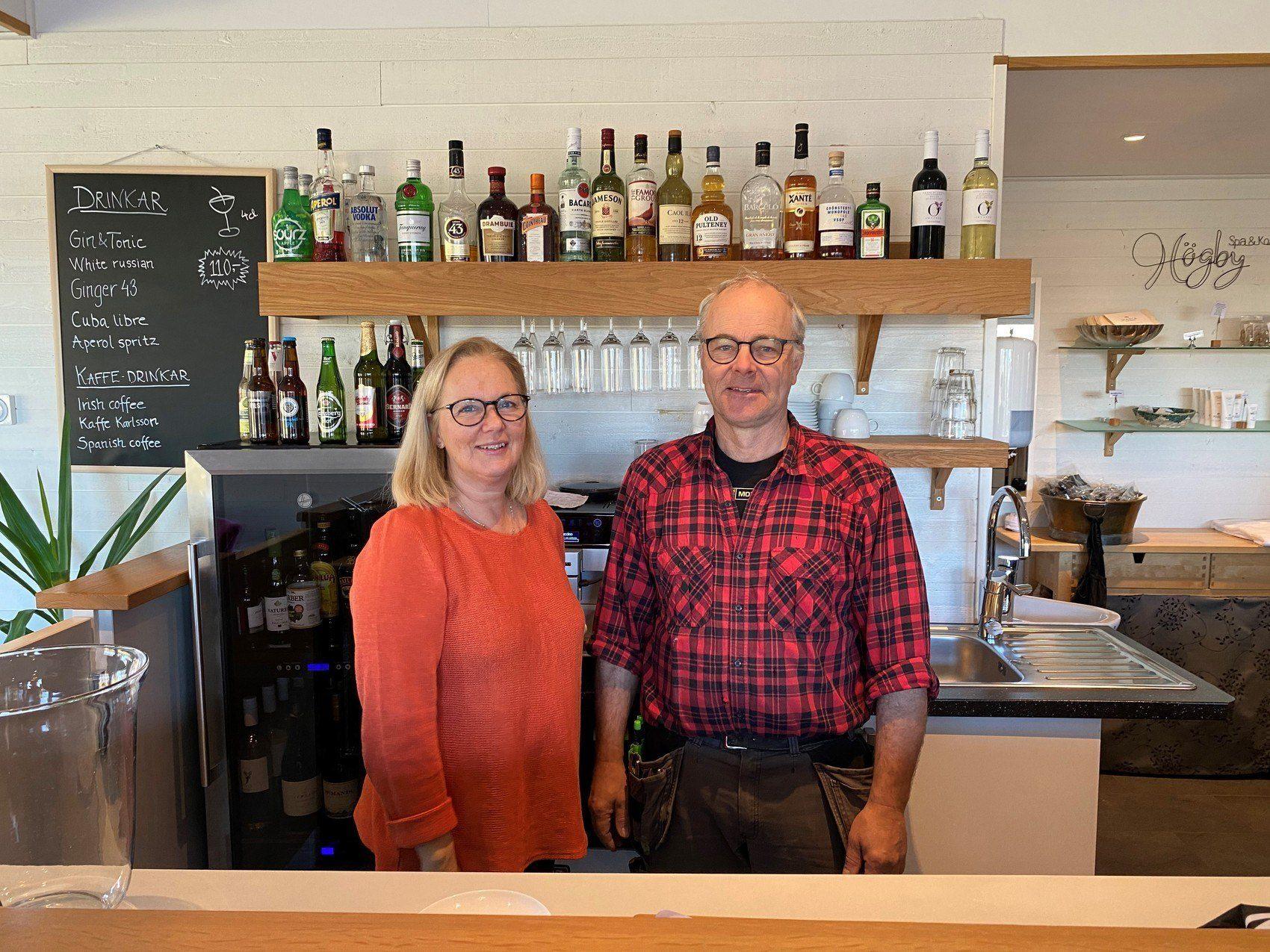 En man och en kvinna står i en bar.