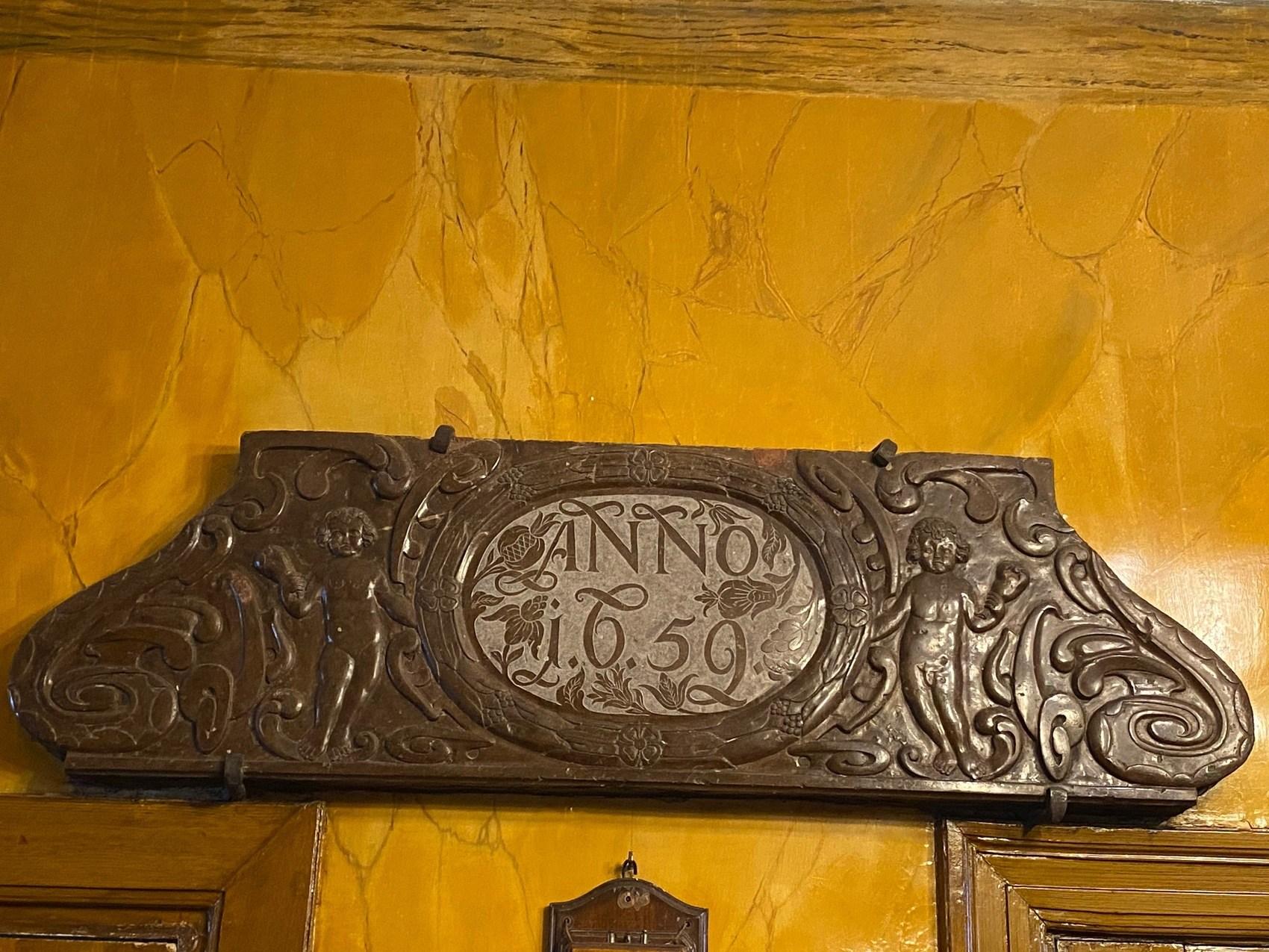 Skylt i brons med texten anno 1652