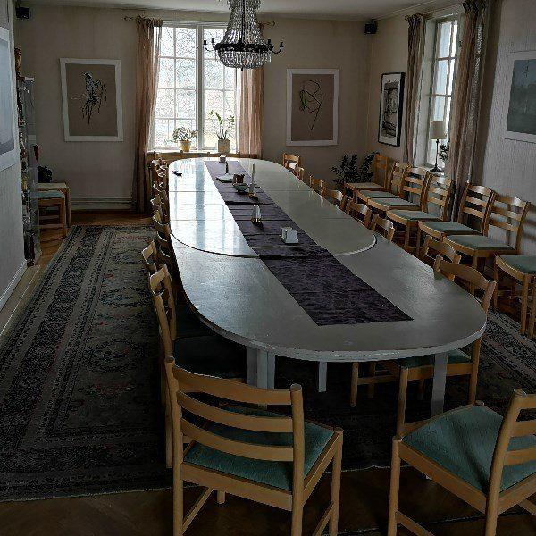 Rum med långs koneferensbord med stolar