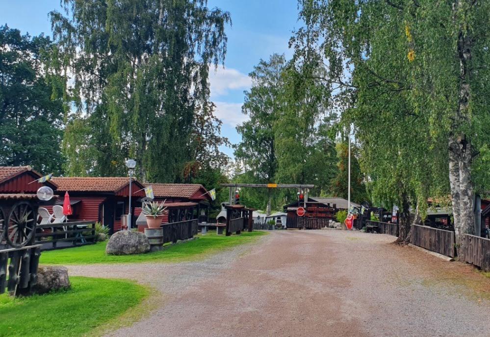 Röda campingstugor ligger på rad