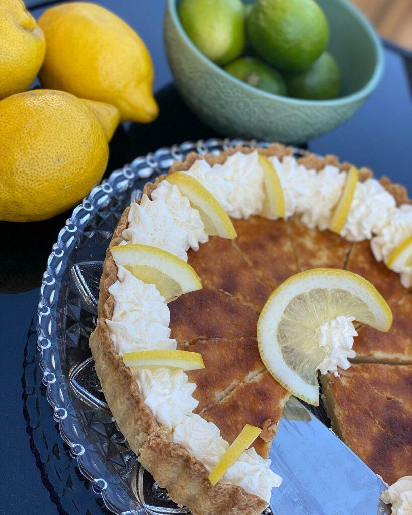 En kaka med grädde och citron