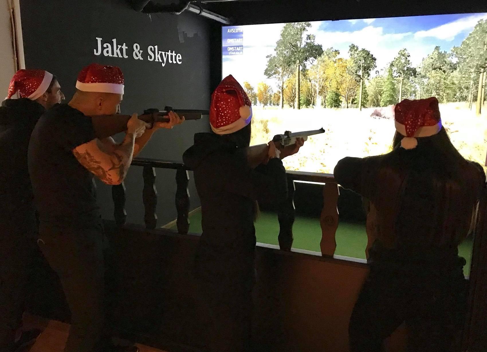 Fyra personer som spelar ett jaktspel