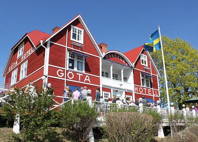 Rött hotell en vacker sommardag