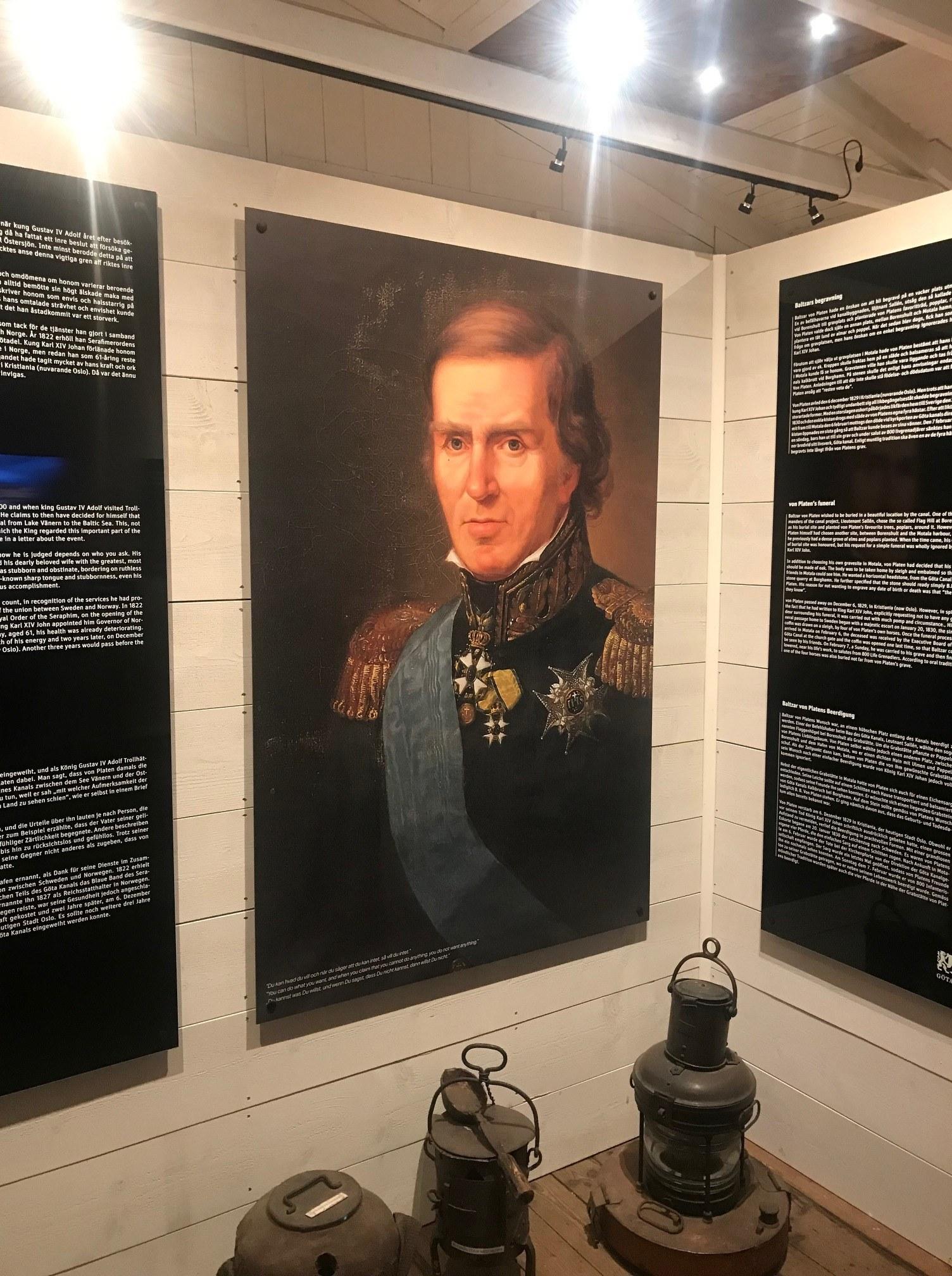 Gammalt porträtt av en man hänger på en vägg.
