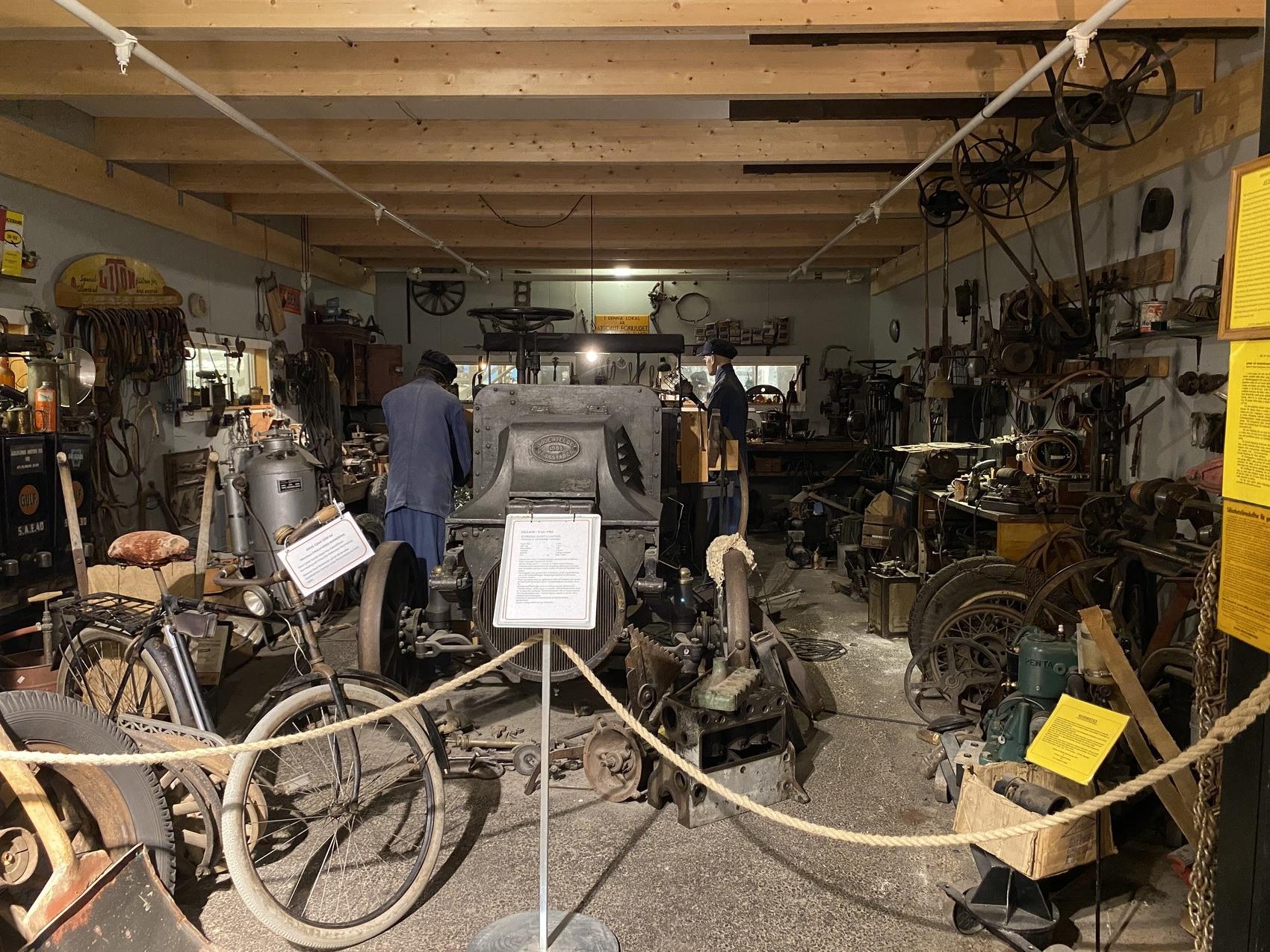 Foto från en gammal bilverkstad, fullt av gamla däck och reservdelar