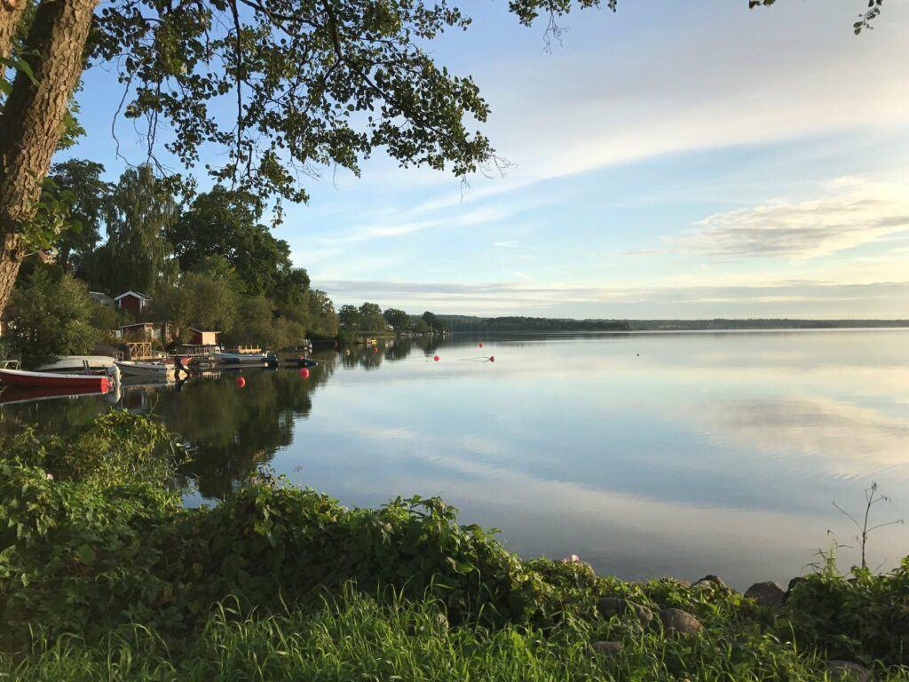 Stilla sjö i solnedgång.