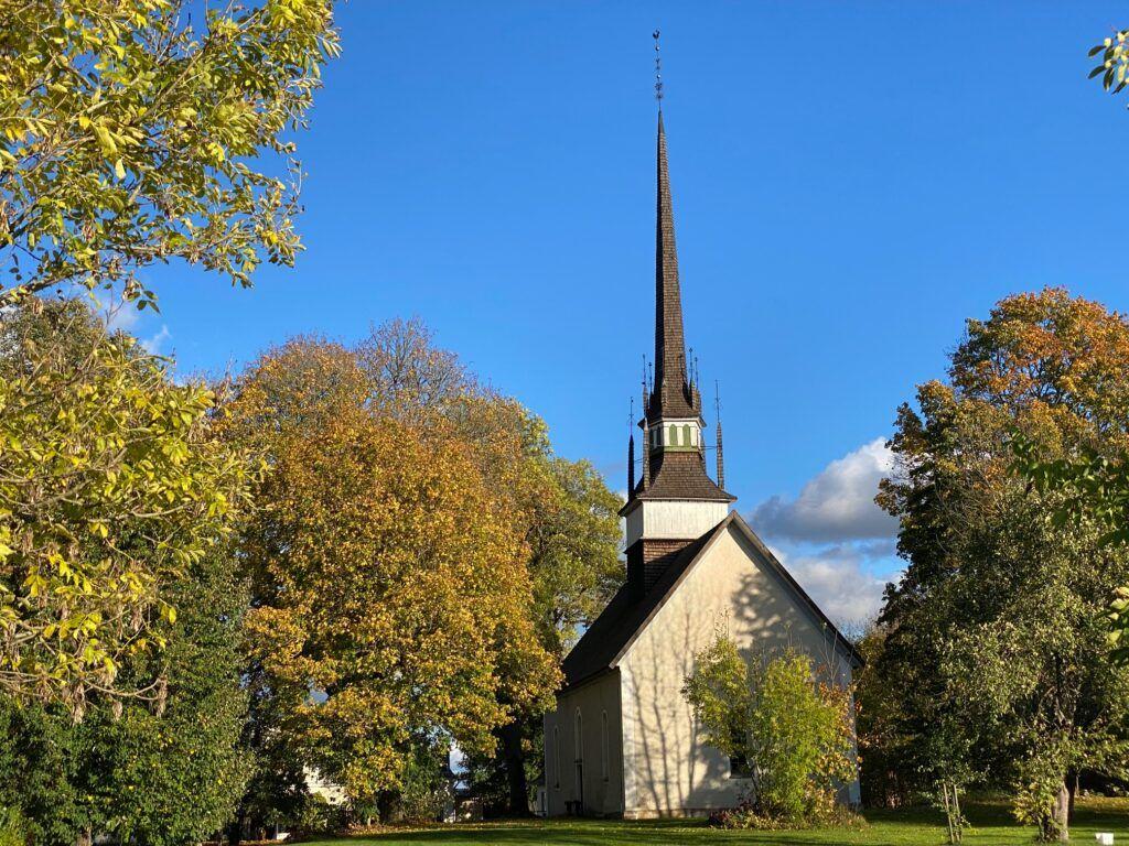 Vacker kyrka med högt spetsigt klocktorn.