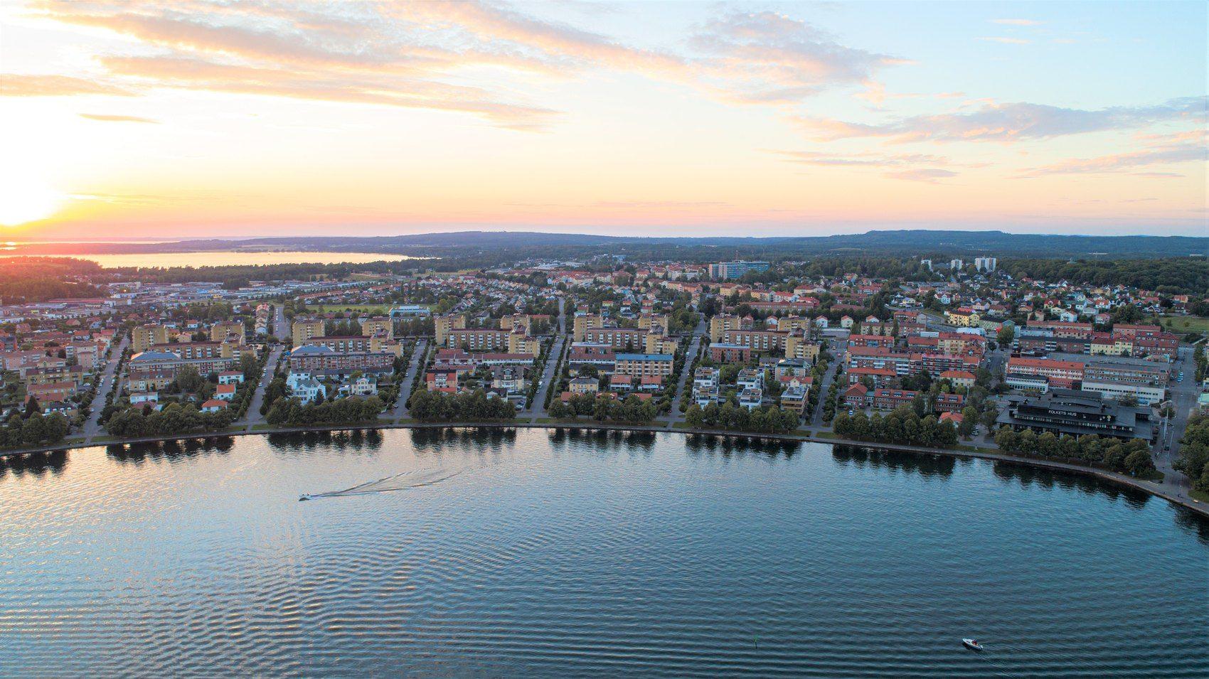 Vy över kust med hus och byggnader på land där gatorna är formade som en solfjäder