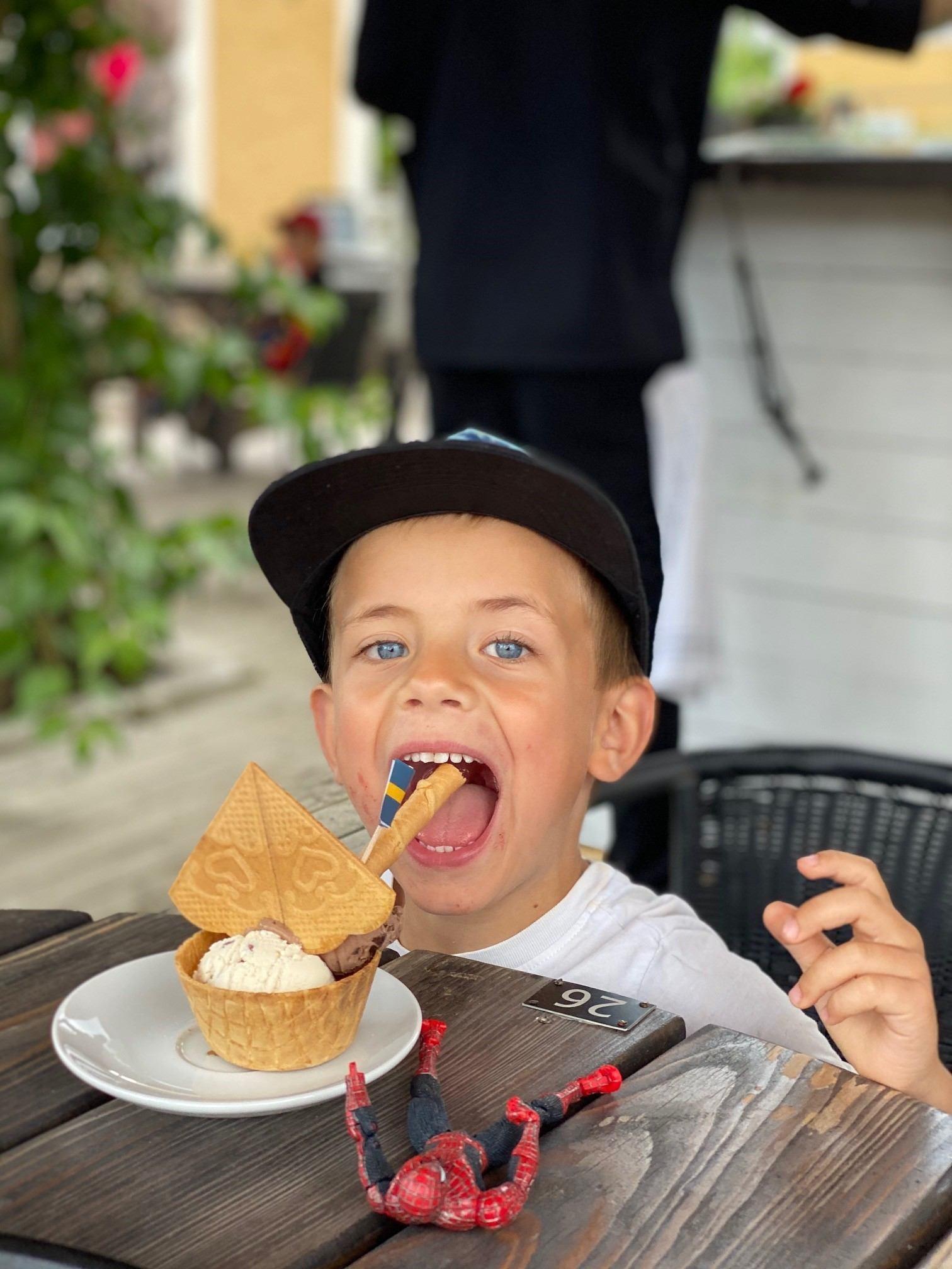 Glad pojke med glass