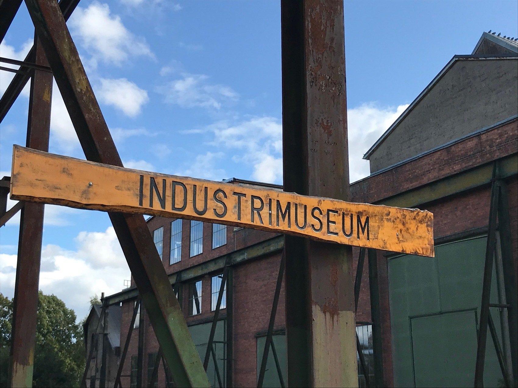 Träskylt med texten industrimuseum
