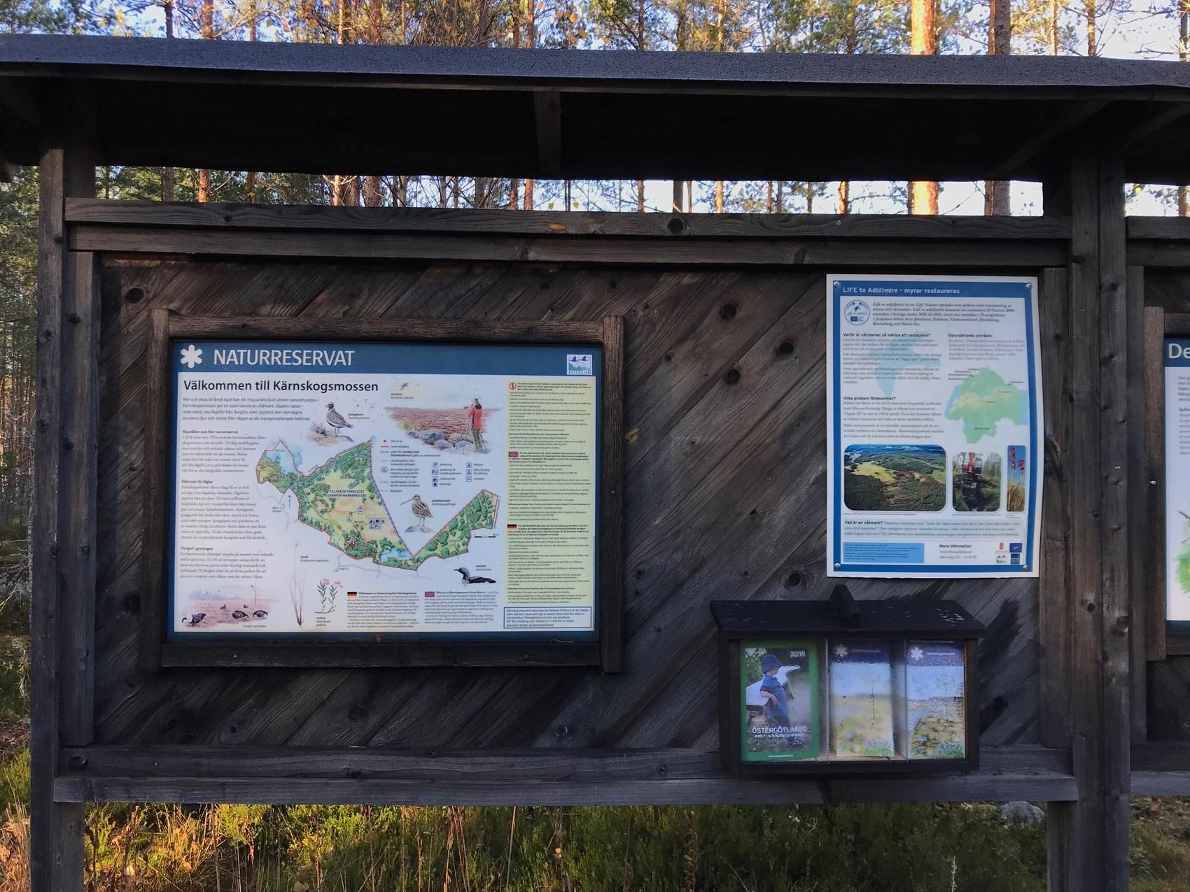 Stor träskylt med information om naturområde.