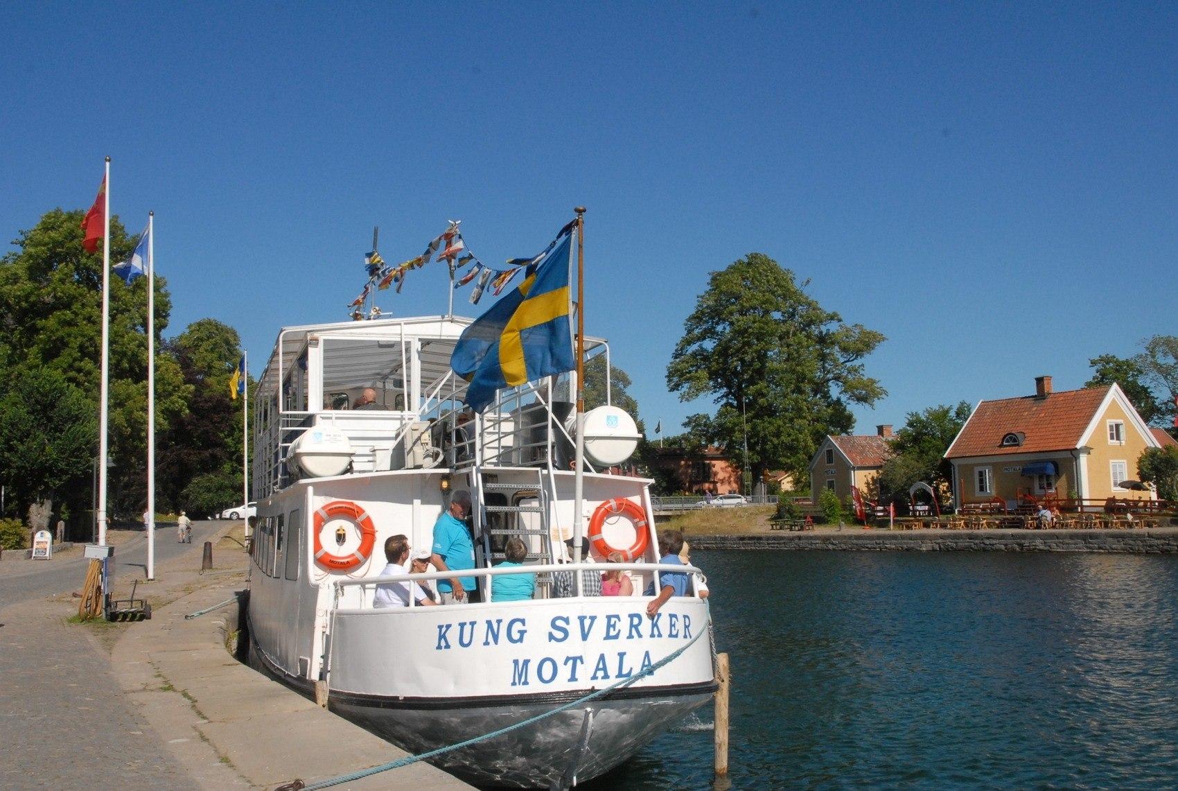 Stor vit passagerarbåt i Motala Hamn.