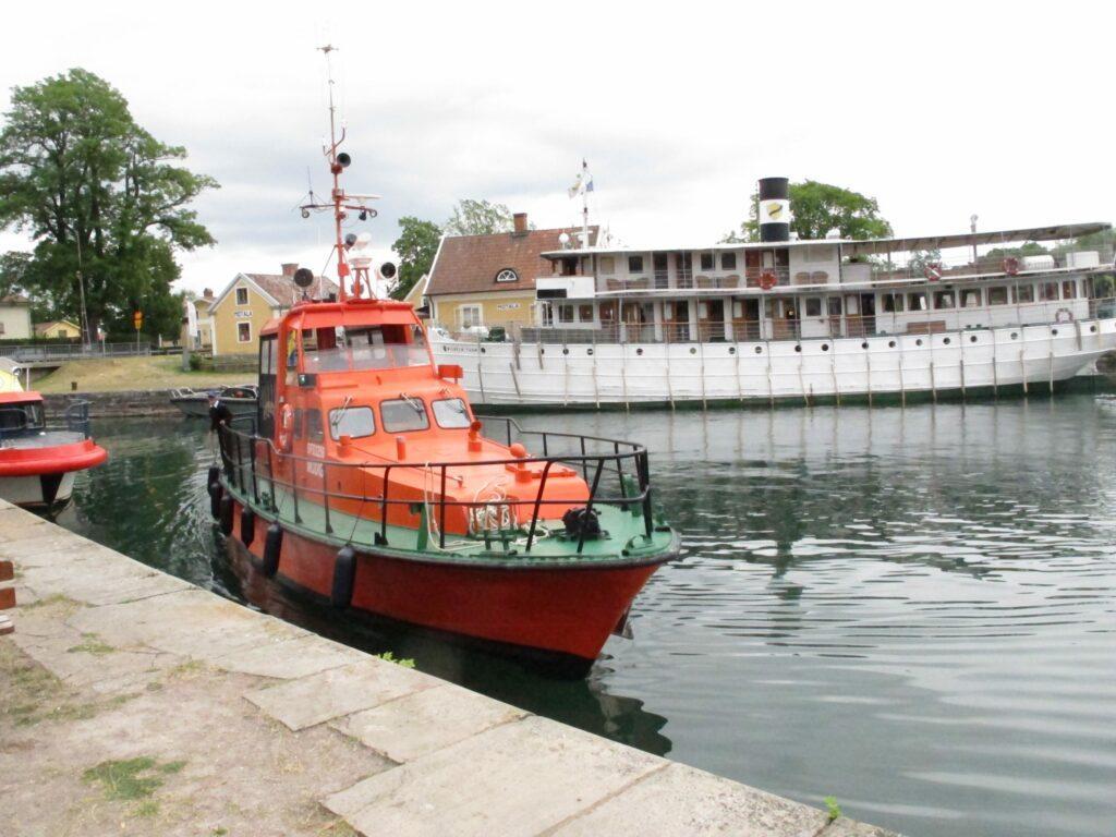 Stor röd båt ligger i hamnen