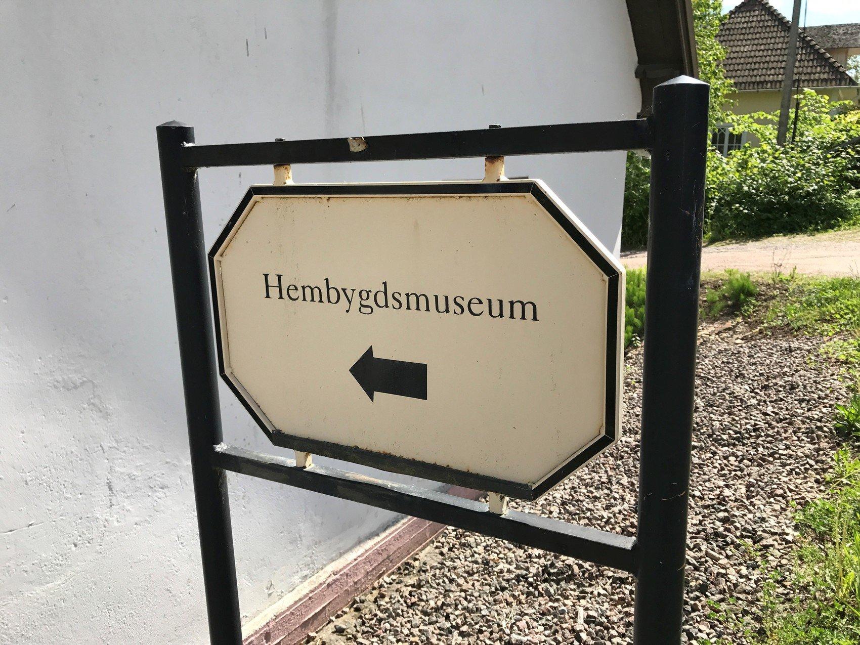 Skylt med texten Hembygdsmuseu