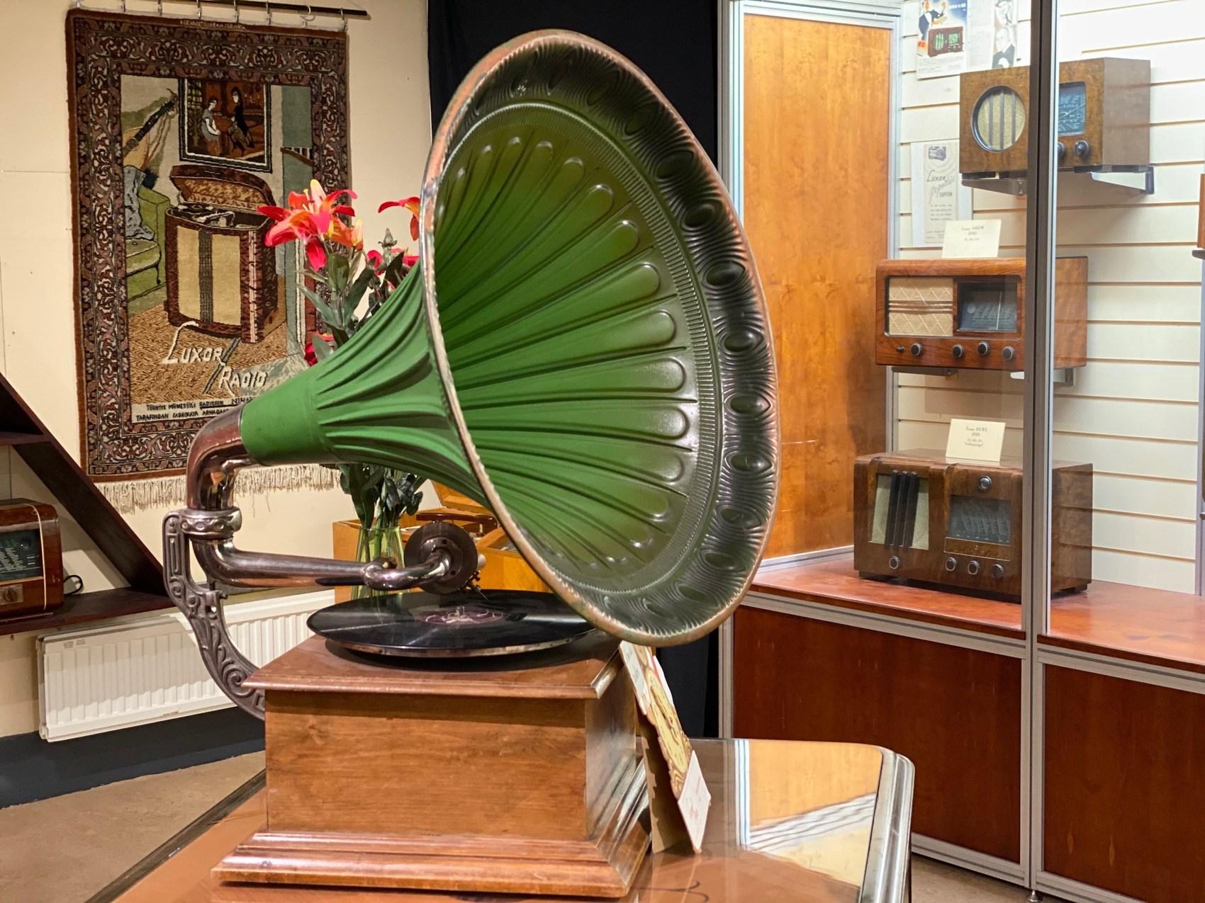 Gammal grön trattgramofon