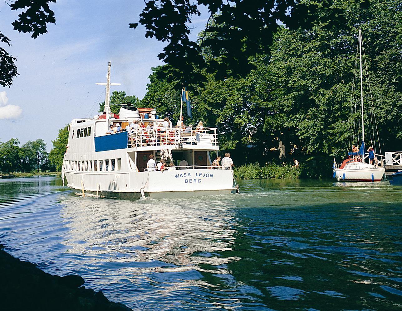 Stor vit passagerarbåt har passerat i kanalen.