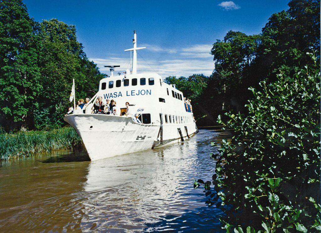 Stor vit passagerarbåt i Göta Kanal