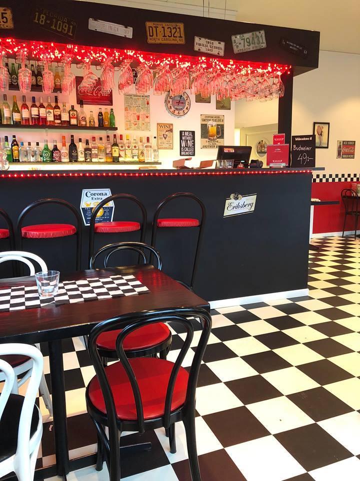 Interiörbild från caf+e med svart- och vitrutigt golv