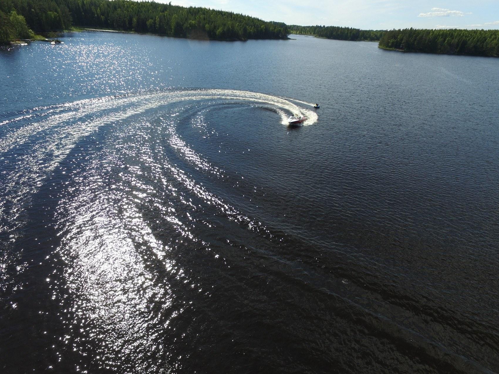Motorbåt svänger kraftigt på sjö