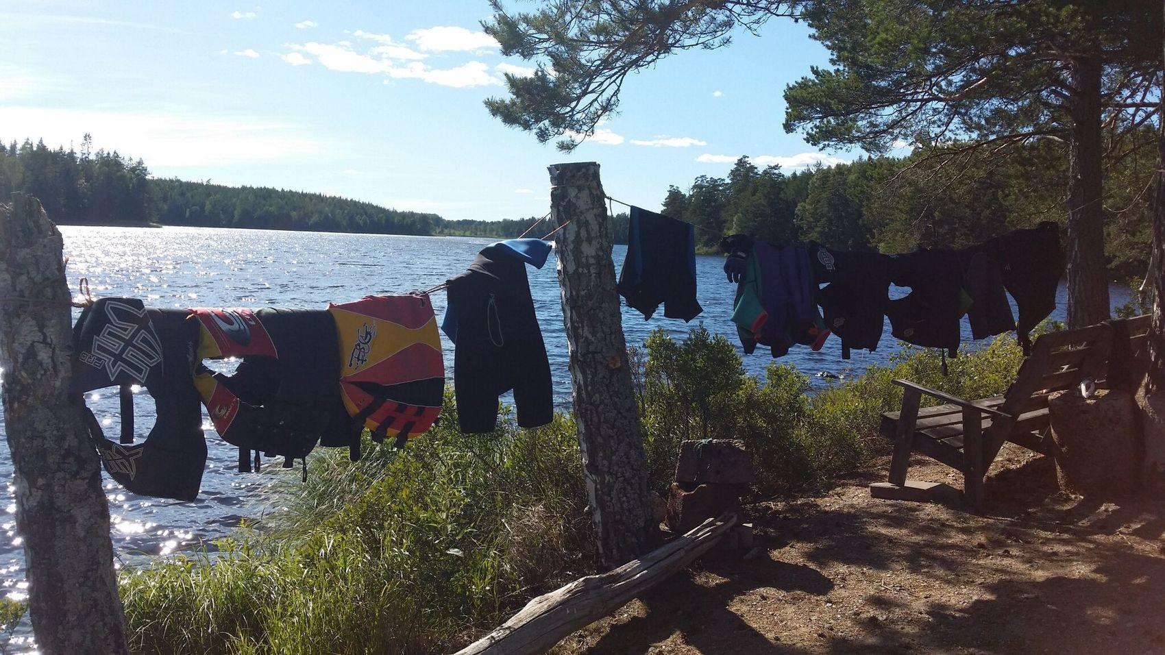Flytvästar och badkläder hänger på tork