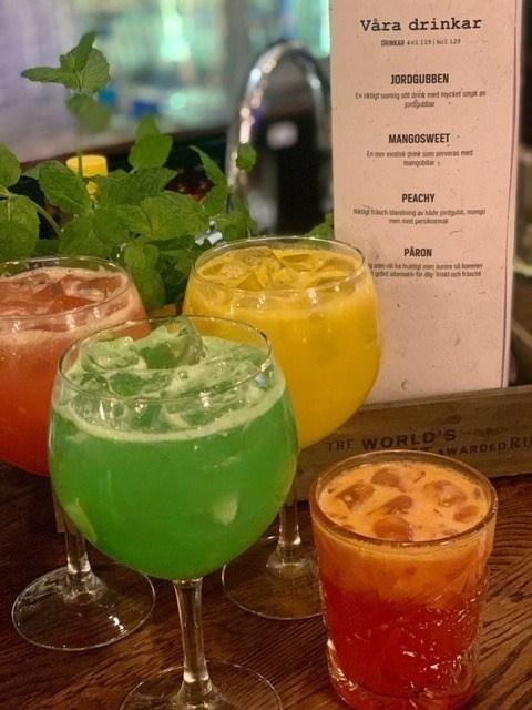 Färgglada drinkar i olika glas