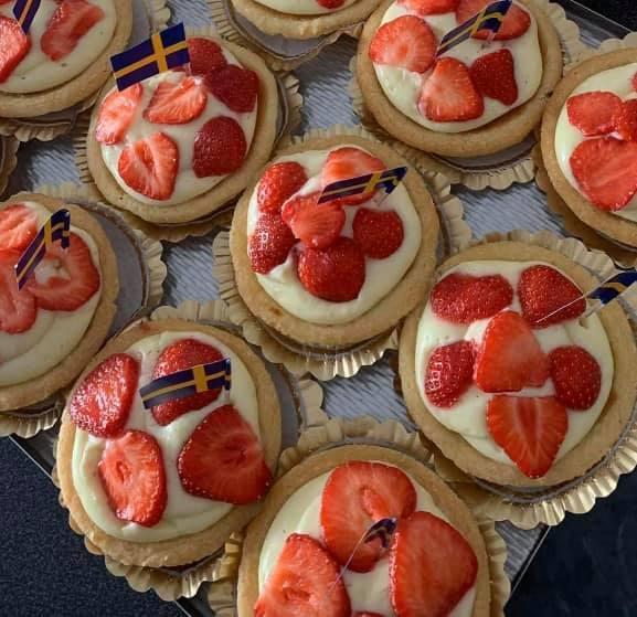 Bakelser dekorerade med jordgubbar och svenska flaggor.
