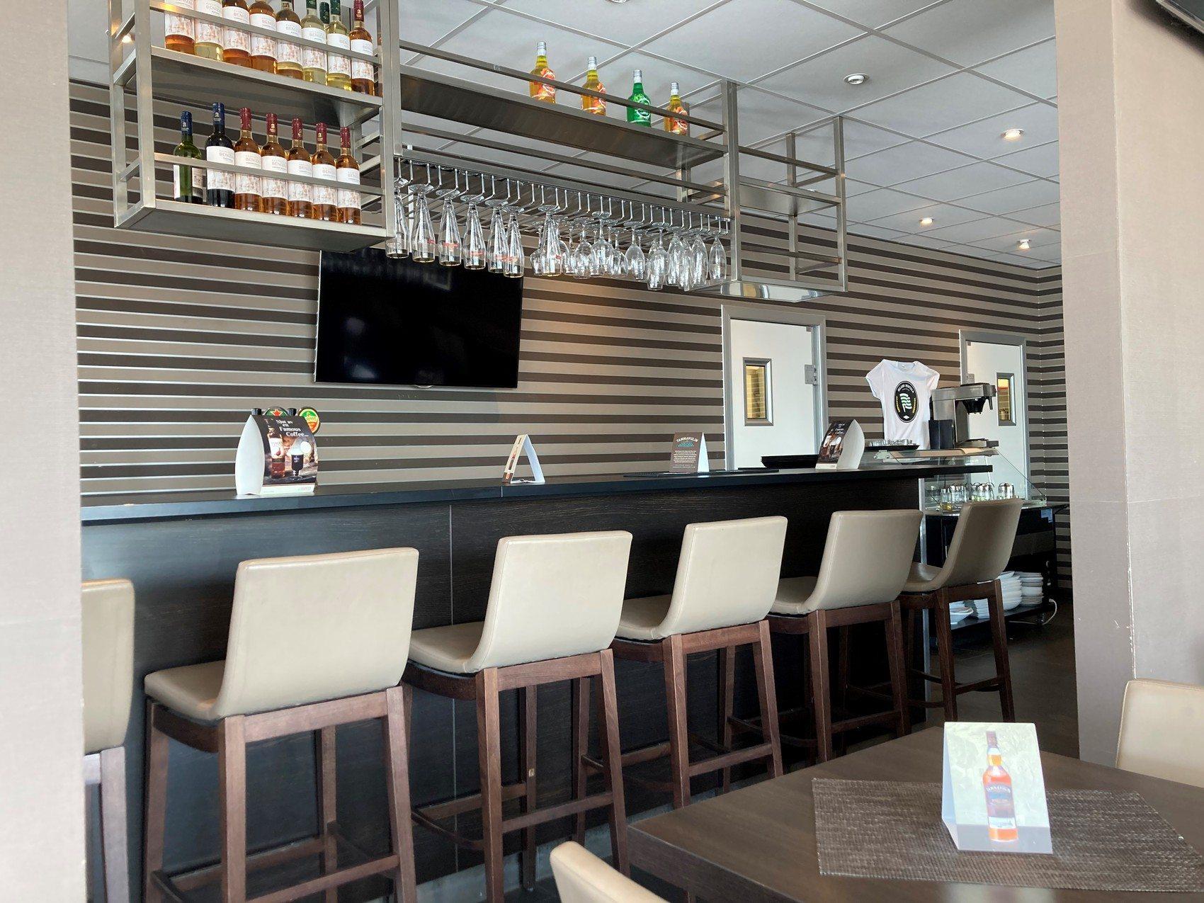 En bar med vita barstolar