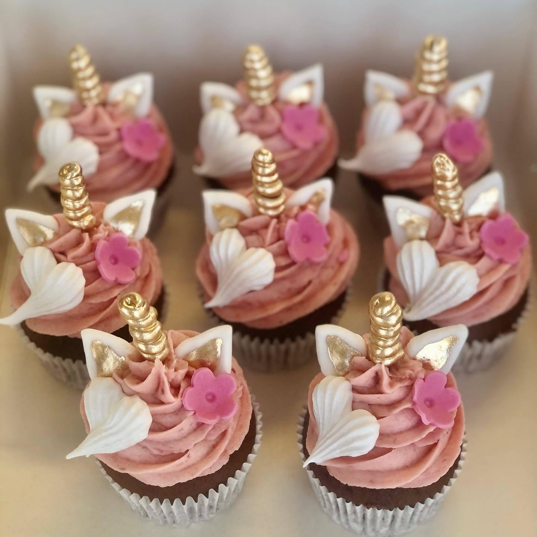 Cupcakes med glasyr och guldigt enhörningshorn.