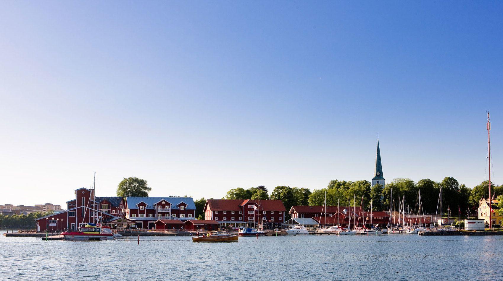 Vy över Motala hamn en vacker sommardag med klarblå himmel.