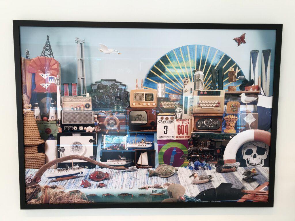 En bild på en tavla som innehåller massor med saker, till exempel en radiomast, en fisk och en livboj.