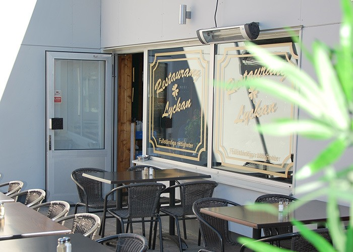 Bild på en restaurangs öppna dörr