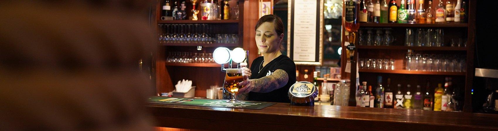 Kvinna i en bar