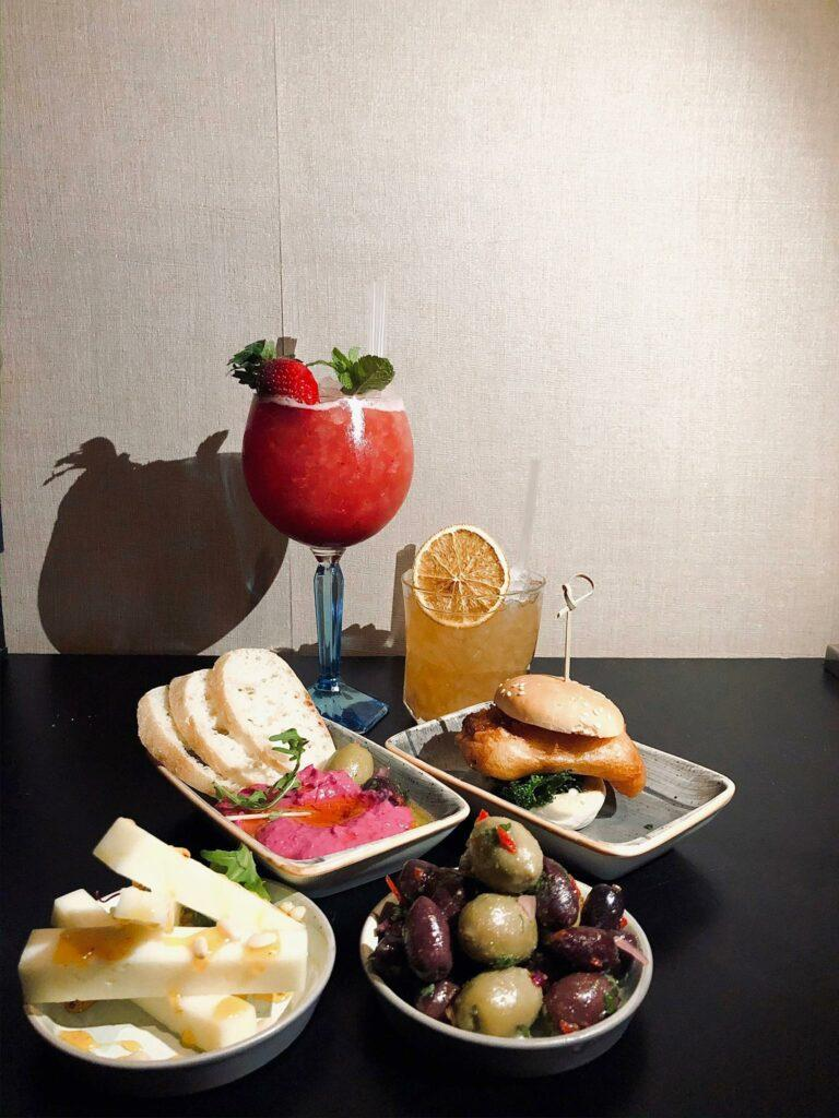 Dukat bord med smårätter och drinkar