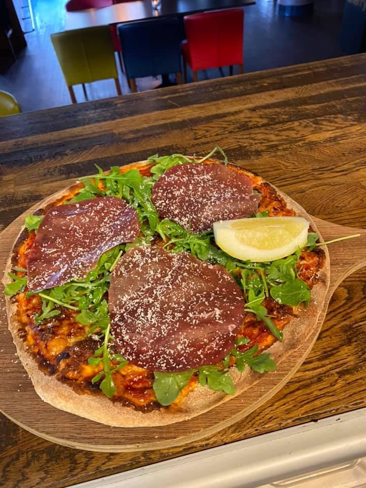 En pizza med salami