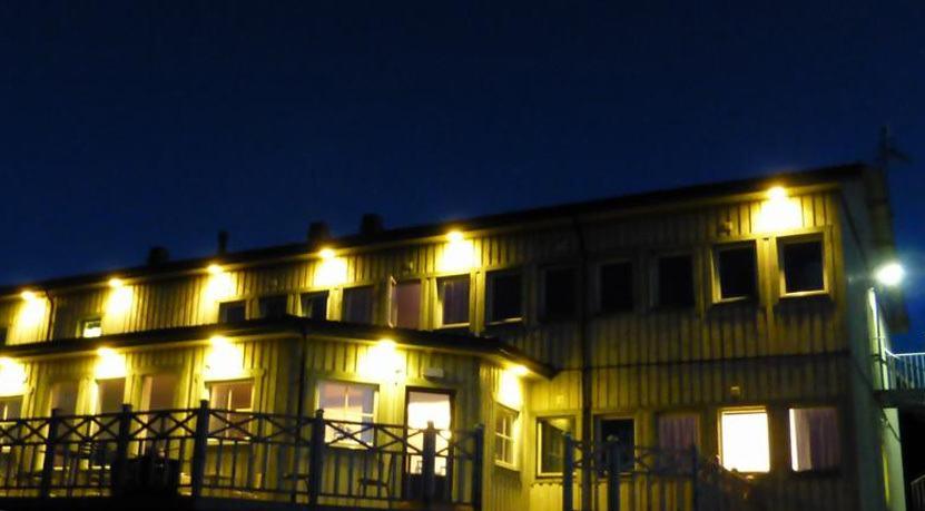En upplyst huslänga omgiven av mörker