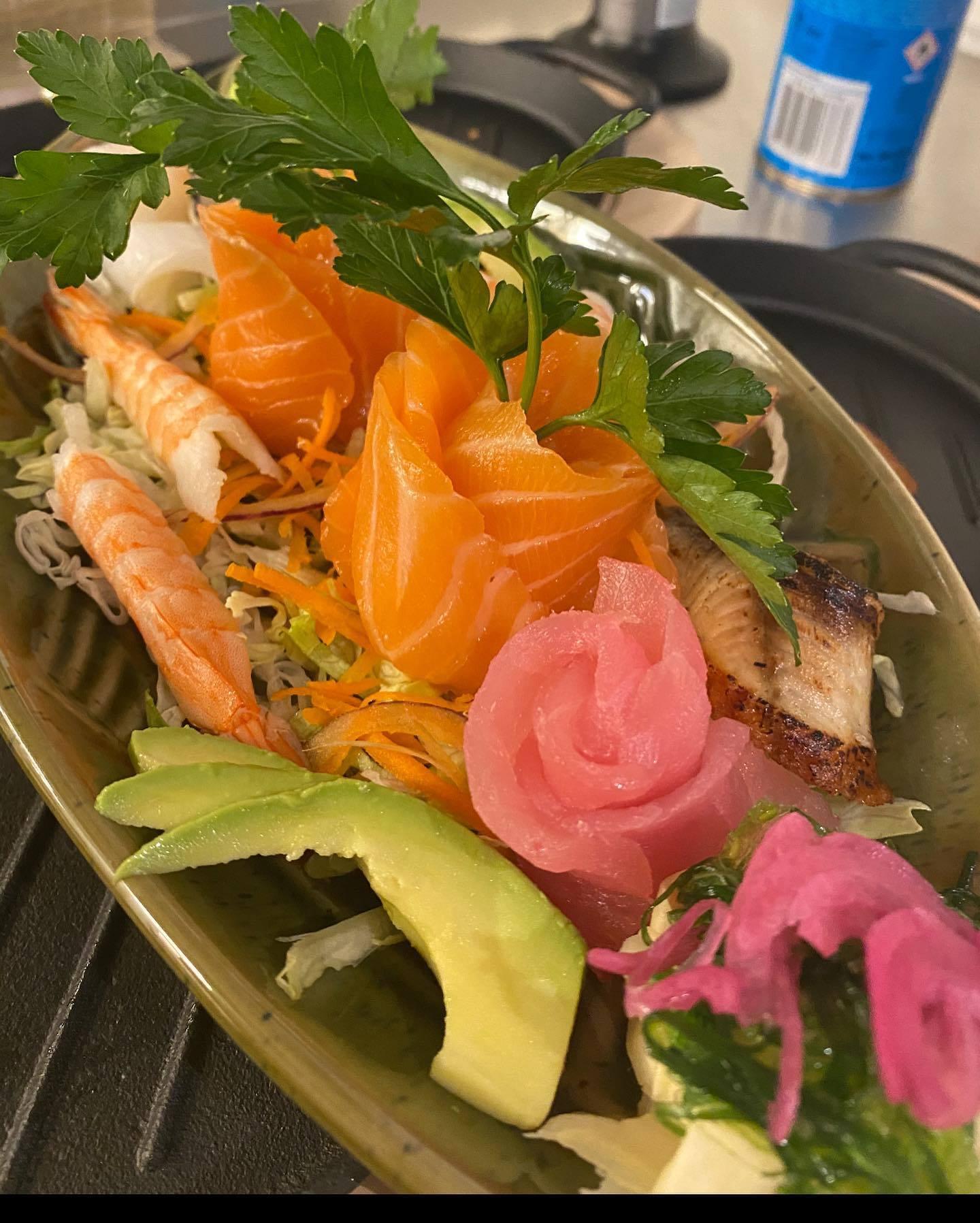 Plocktallrik med olika typer sushi