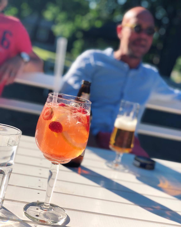 En orange drink med suddig man i bakgrunden