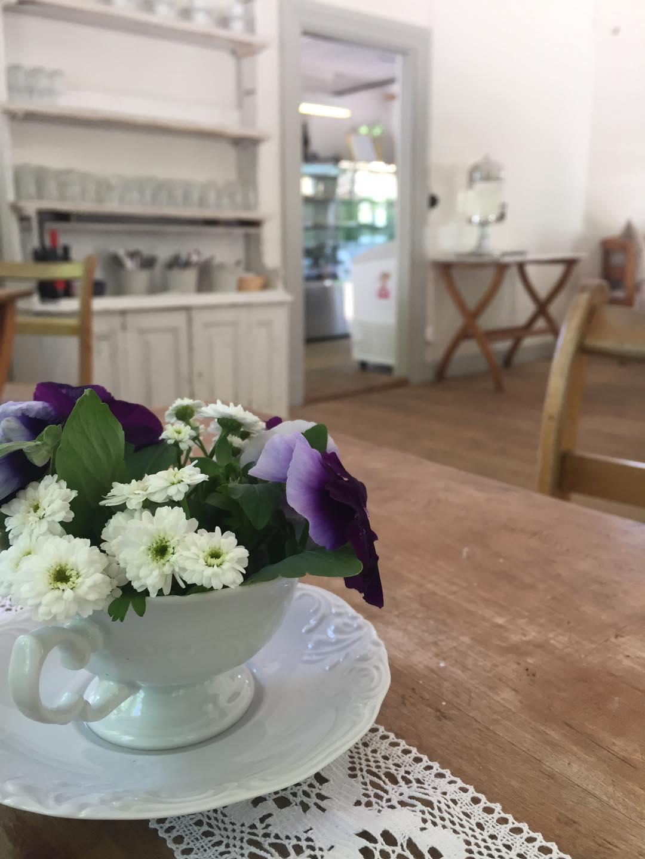 En bukett blommor en inomhusmiljö