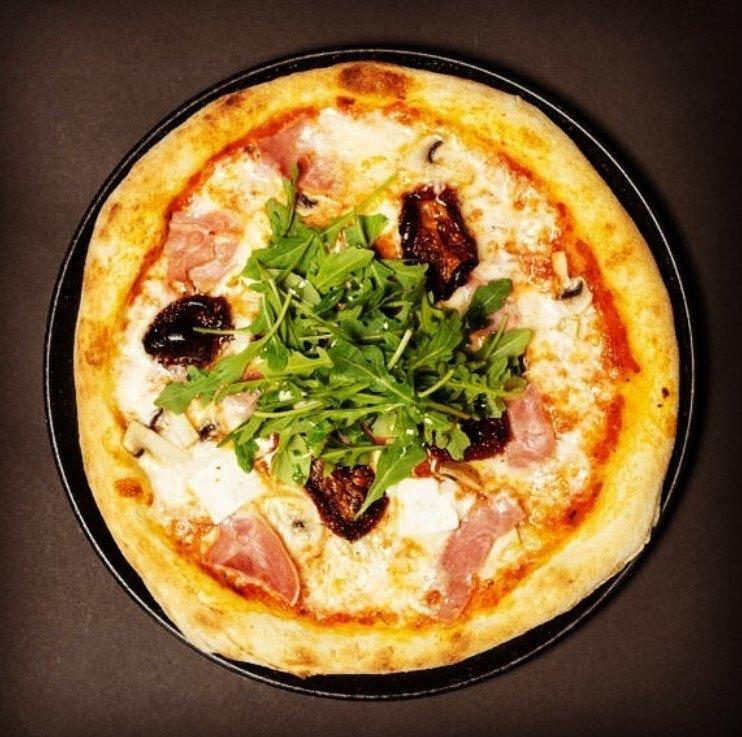 Pizza med ost och ruccola