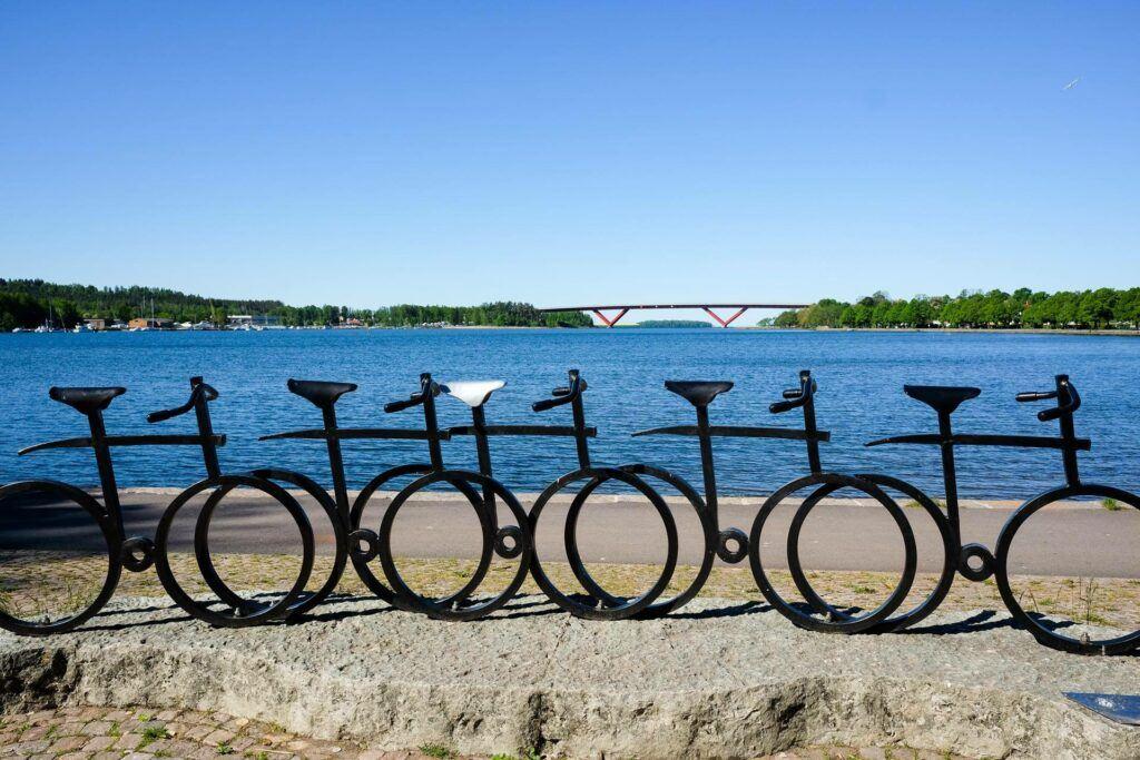 Skulptur i form av svarta cyklar