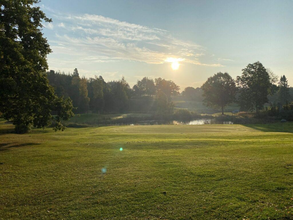 Soluppgång över golfbana