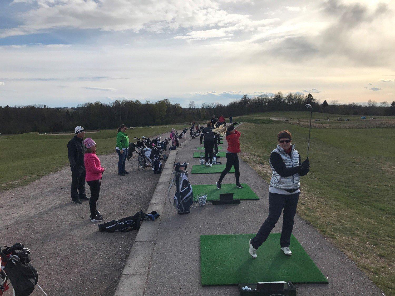 Golfspelare slår ut