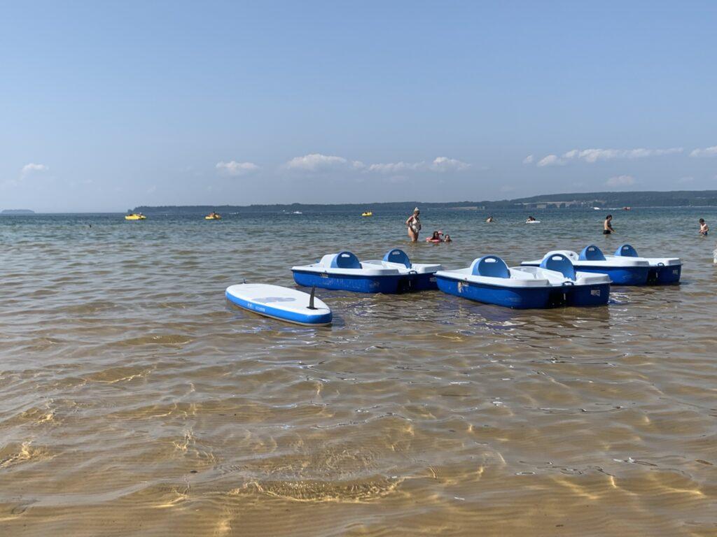 Flera trampbåtar i vatten