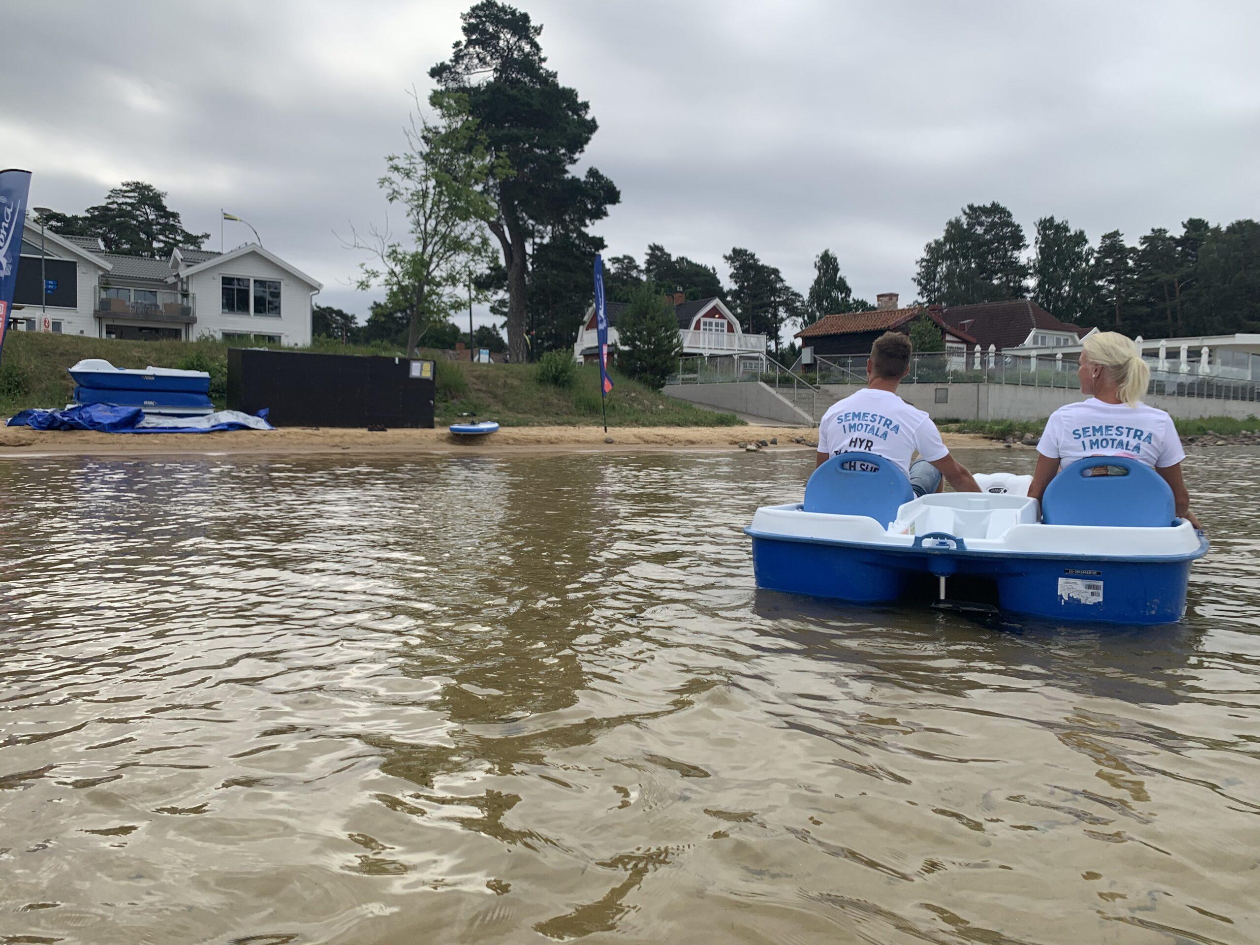 Två person i en trampbåt