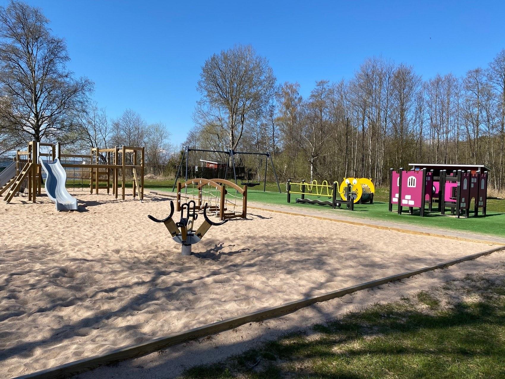 Lekplats med flera roliga klätterställningar