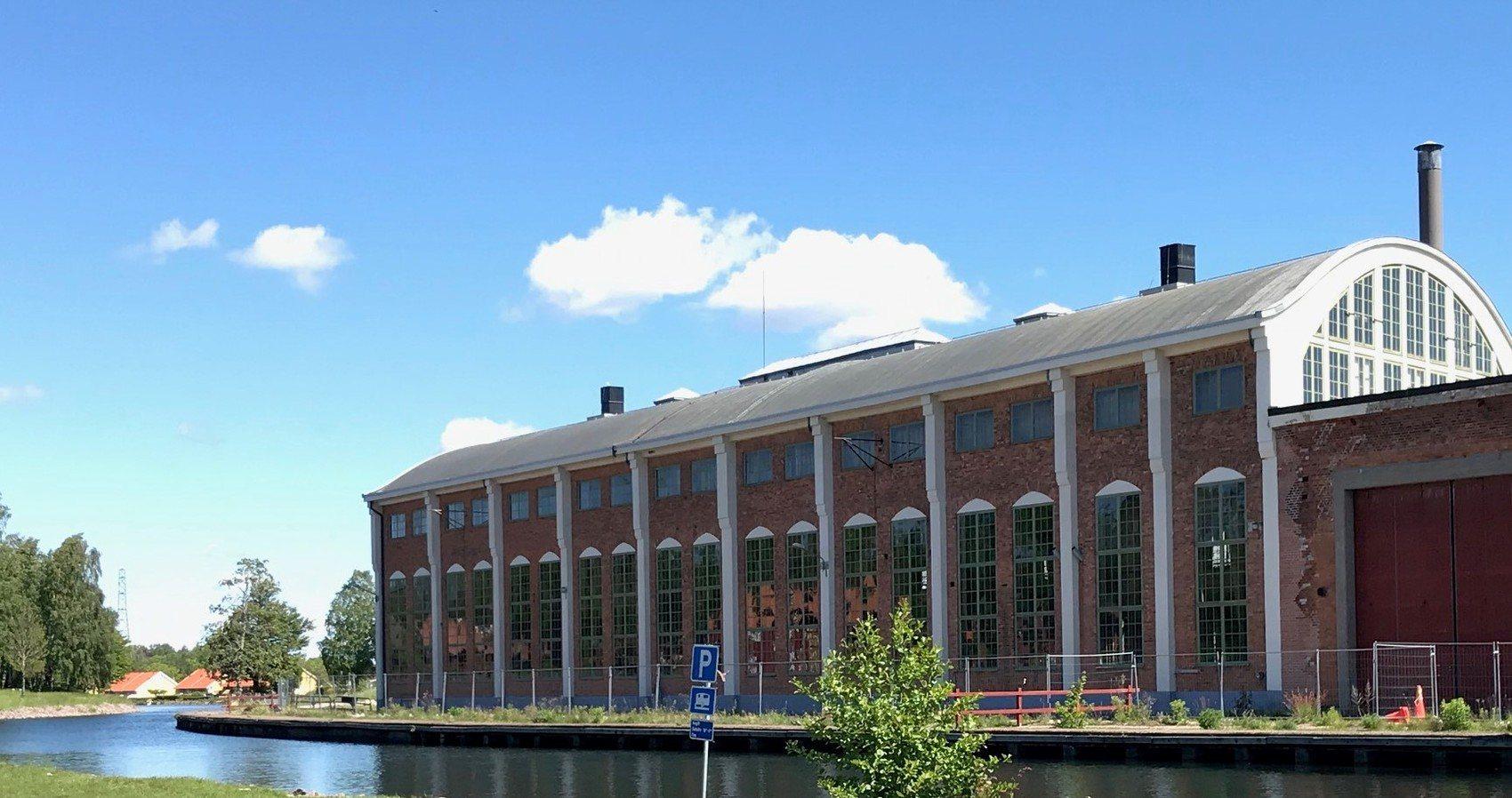 Fot av en stor industribyggnad med en blå himmel