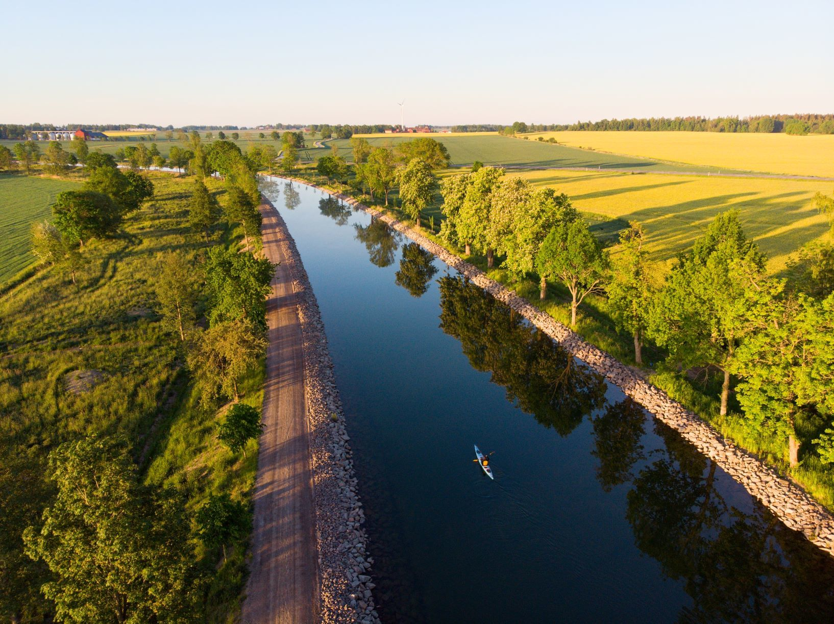 Drönarfoto över kanalen en vacker sommarkväll