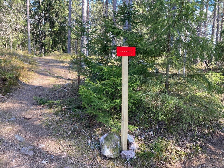 Röd markering på discgolfbana